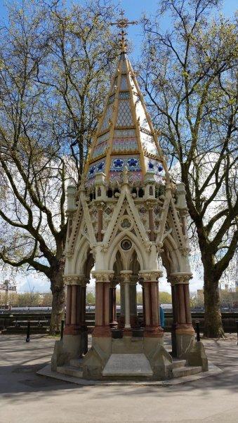 Le Buxton memorial de Londres (Conçue par Samuel Sanders Teulon (en) en 1865, elle commmémore l'émancipation des esclaves de l'Empire britannique en 1834)