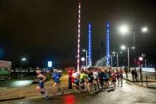 Les athletes ont traversé la garonne par le pont chaban delmas