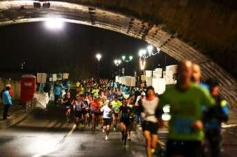 Les marathoniens sous le pont de pierre